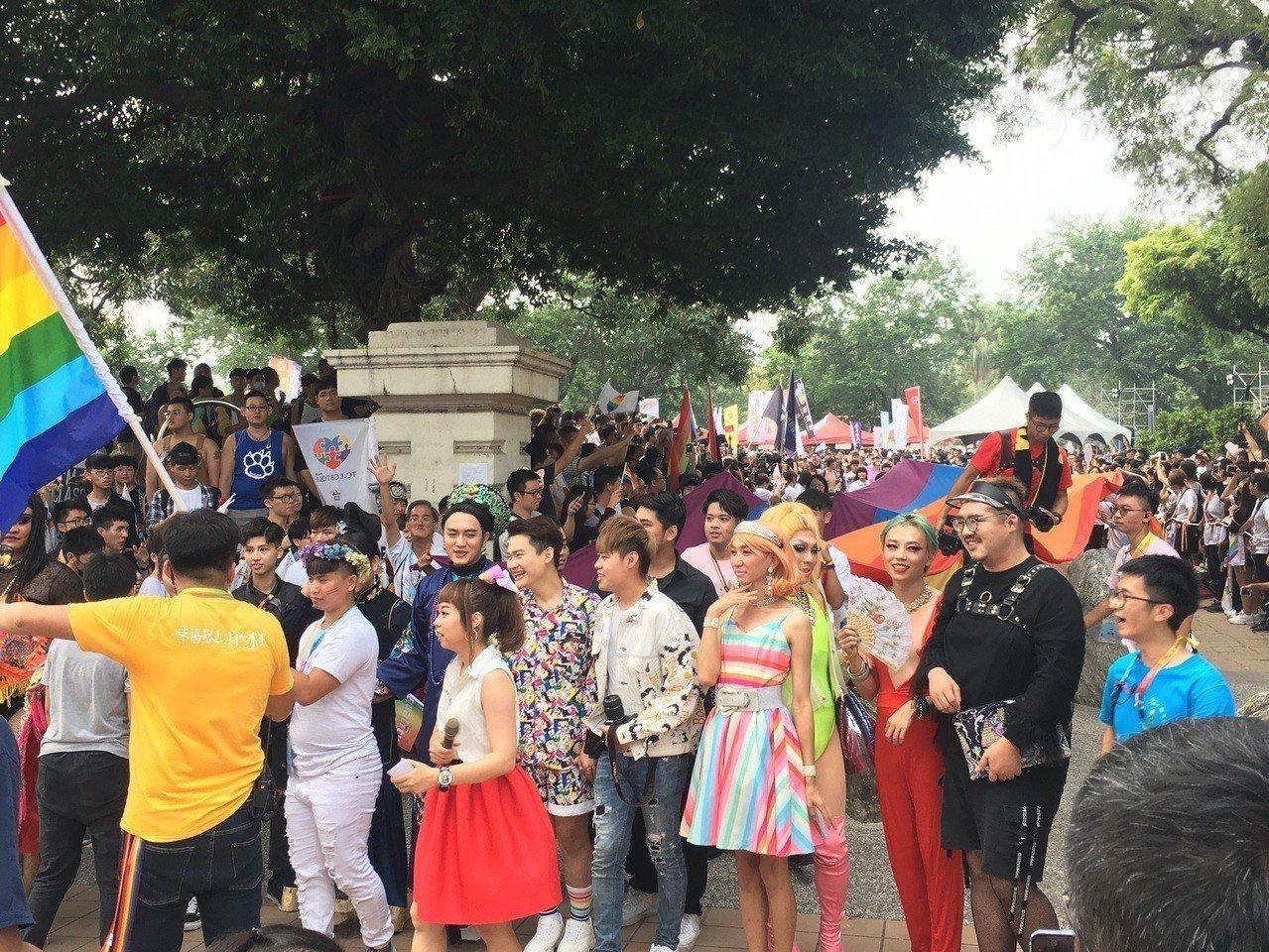 台中同志遊行聯盟今天下午在台中市北區台中公園,舉辦第八屆活動,不少參加者用心打扮...