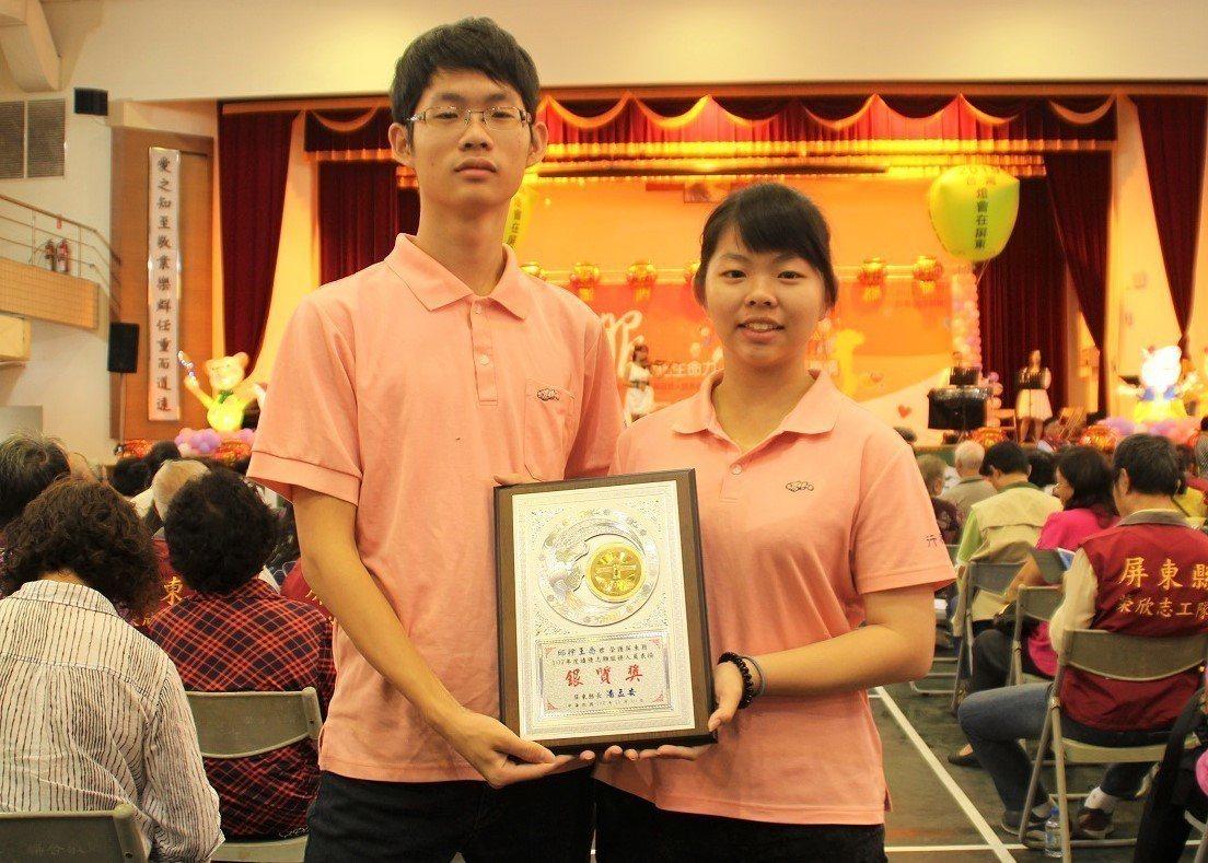 小六開始就投入志工服務的18歲雙胞胎姊弟李瑞雯(右)及李瑞禧,獲志願服務銀質獎與...
