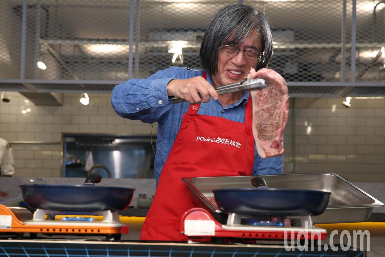 網家董事長詹宏志下午在台北開記者會聊雙11戰略與自家販售的日本和牛,並現場煎牛排...