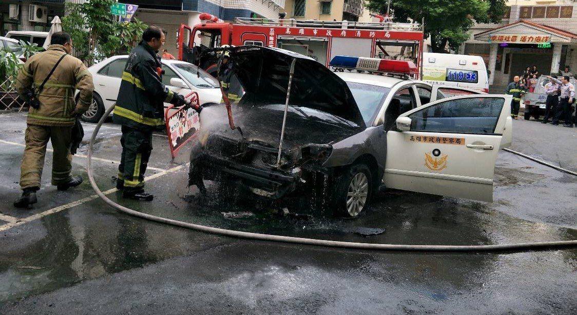 高市鳳山警分局交通分隊湯姓女警今下午開車前往處理車禍事故,將車停放路旁時,汽車引...