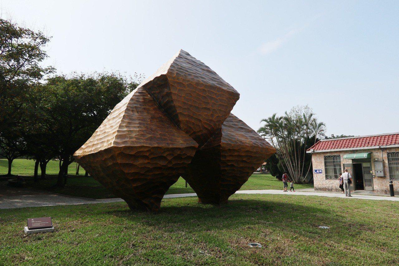 為增添公園藝術氣息,桃園市府今年斥資2700萬元,於大溪埔頂公園採購2件大型公共...