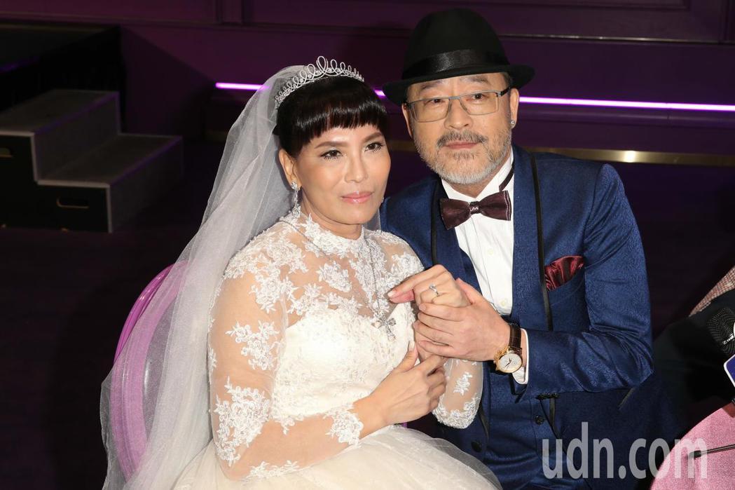 資深演員班鐵翔(右)與Celine(左)昨天在台北典華舉行婚宴,並秀出百萬鑽戒。...