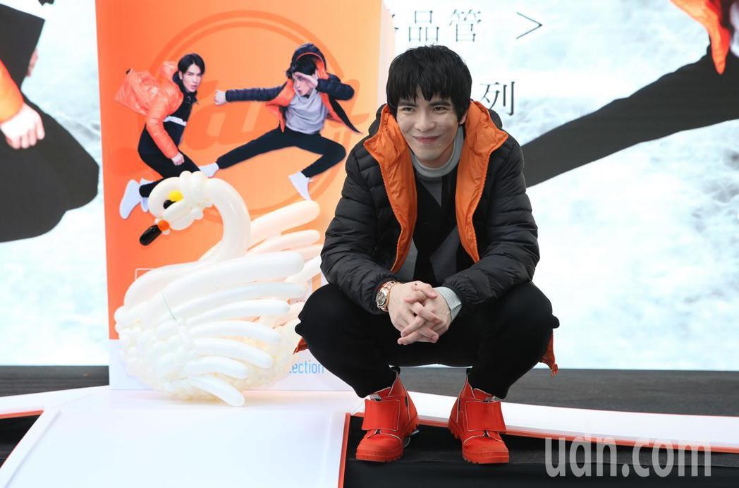金曲歌王蕭敬騰出席代言並參與設計的全家自有品牌「極輕暖鵝絨外套」,上市記者會。記...