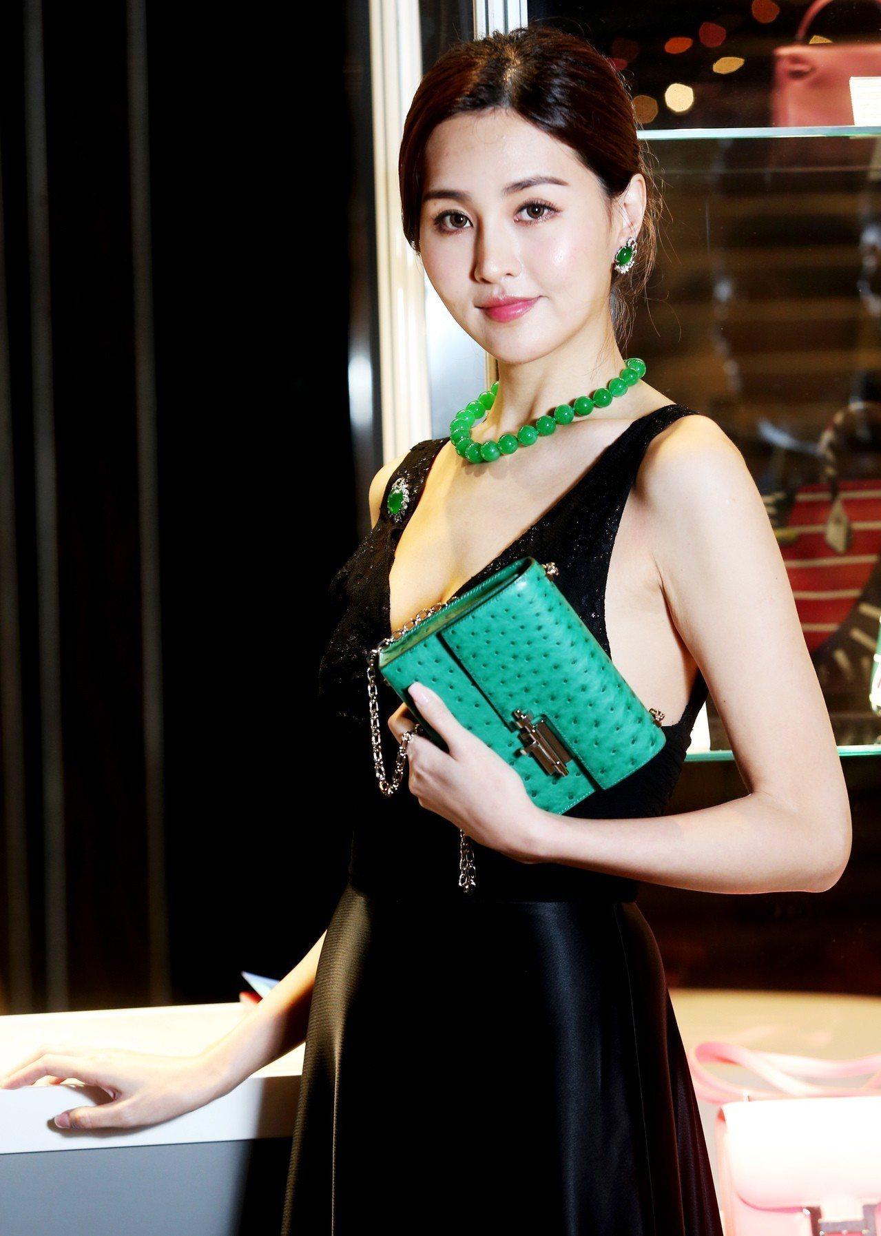 名模林葦茹配戴天然翡翠珠項鍊,估價3,128萬元;天然翡翠蛋面胸針及耳環套裝,估...