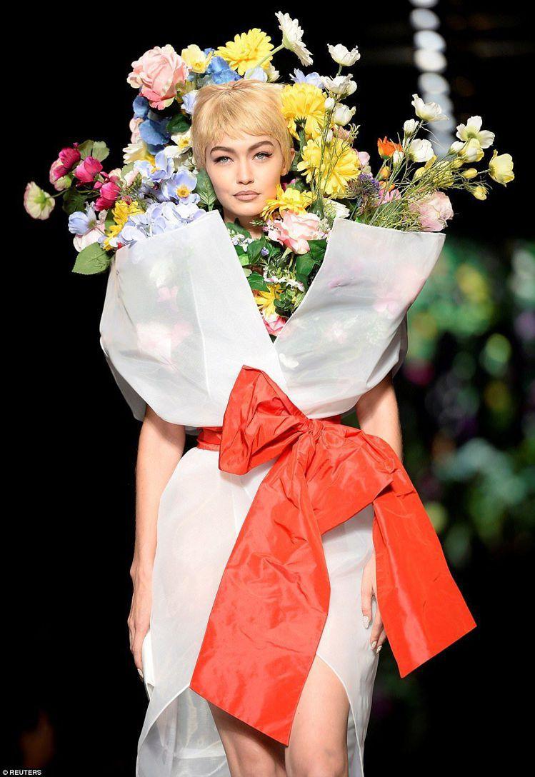 吉吉哈蒂德在Moschino 2018春夏秀上是一束捧花。圖/取自Pintere...
