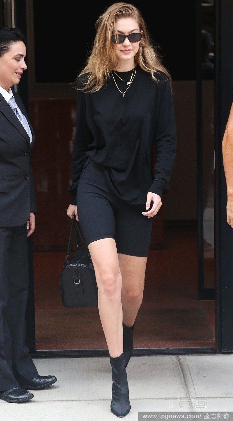 吉吉哈蒂德以全黑裝束降低緊身褲穿搭的尷尬。圖/達志影像