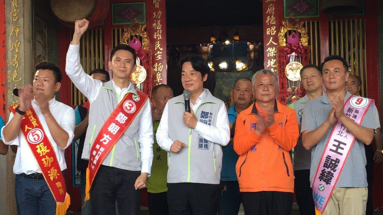 賴清德〈中〉指出鄭朝方〈左二〉相較於其他3位候選人有3大優勢。記者陳斯穎/攝影
