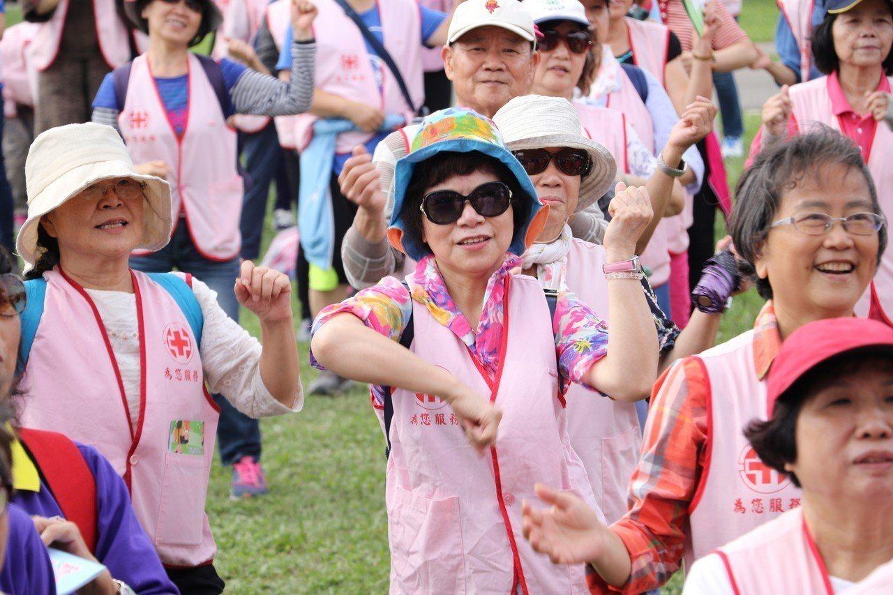 志工們跳大會舞。記者施鴻基/攝影