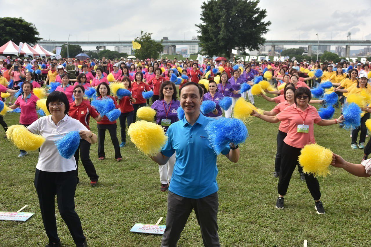 市長朱立倫和志工們合跳大會舞。記者施鴻基/攝影
