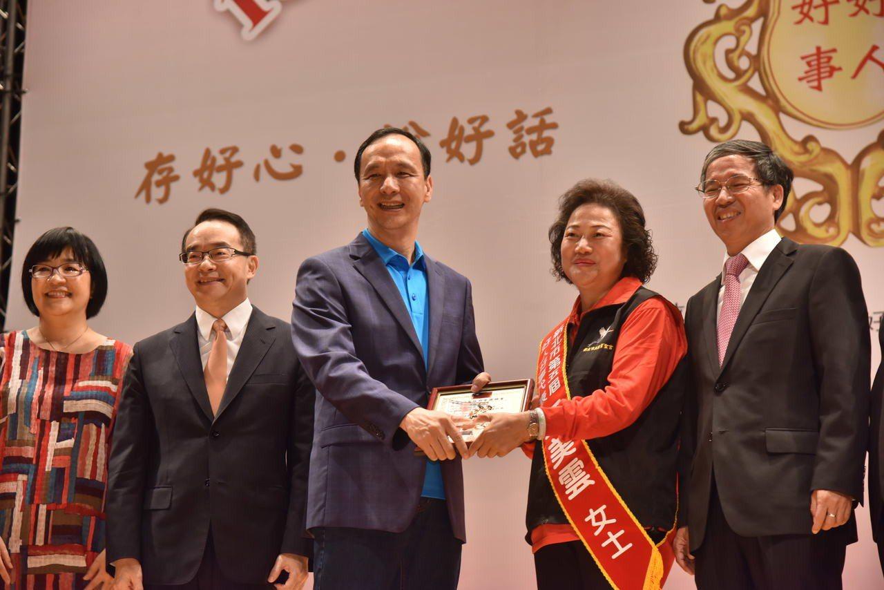 新北市長朱立倫頒獎表彰好人好事代表們的付出與貢獻。記者陳珮琦/攝影