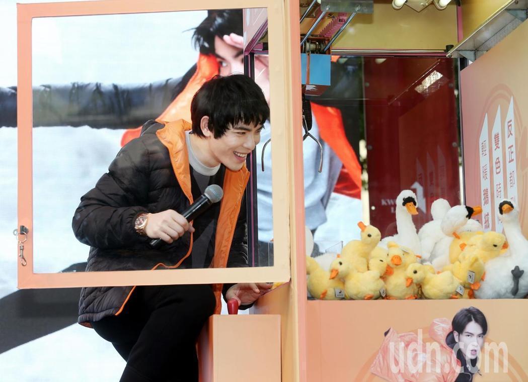 蕭敬騰直接打開夾娃娃機,送禮物給粉絲。記者林俊良/攝影