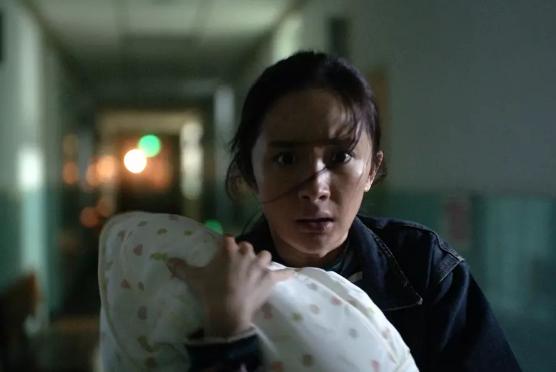 楊冪主演電影「寶貝兒」,素顏扮醜2個半月,未被當地居民認出。圖/摘自微博