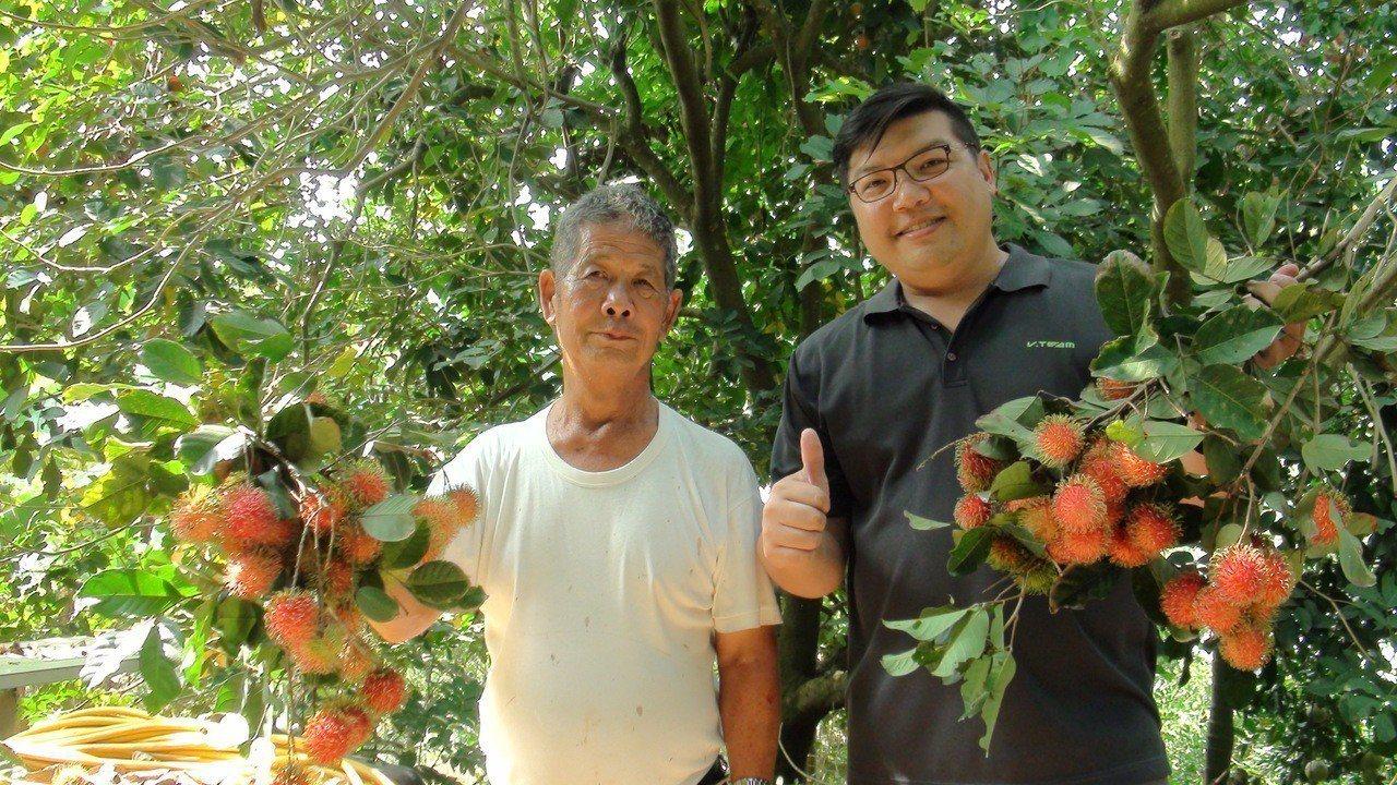 縣議員何子凡(右)到果園詢問陳政雄(左)成功栽種紅毛丹的祕訣。記者謝恩得/攝影
