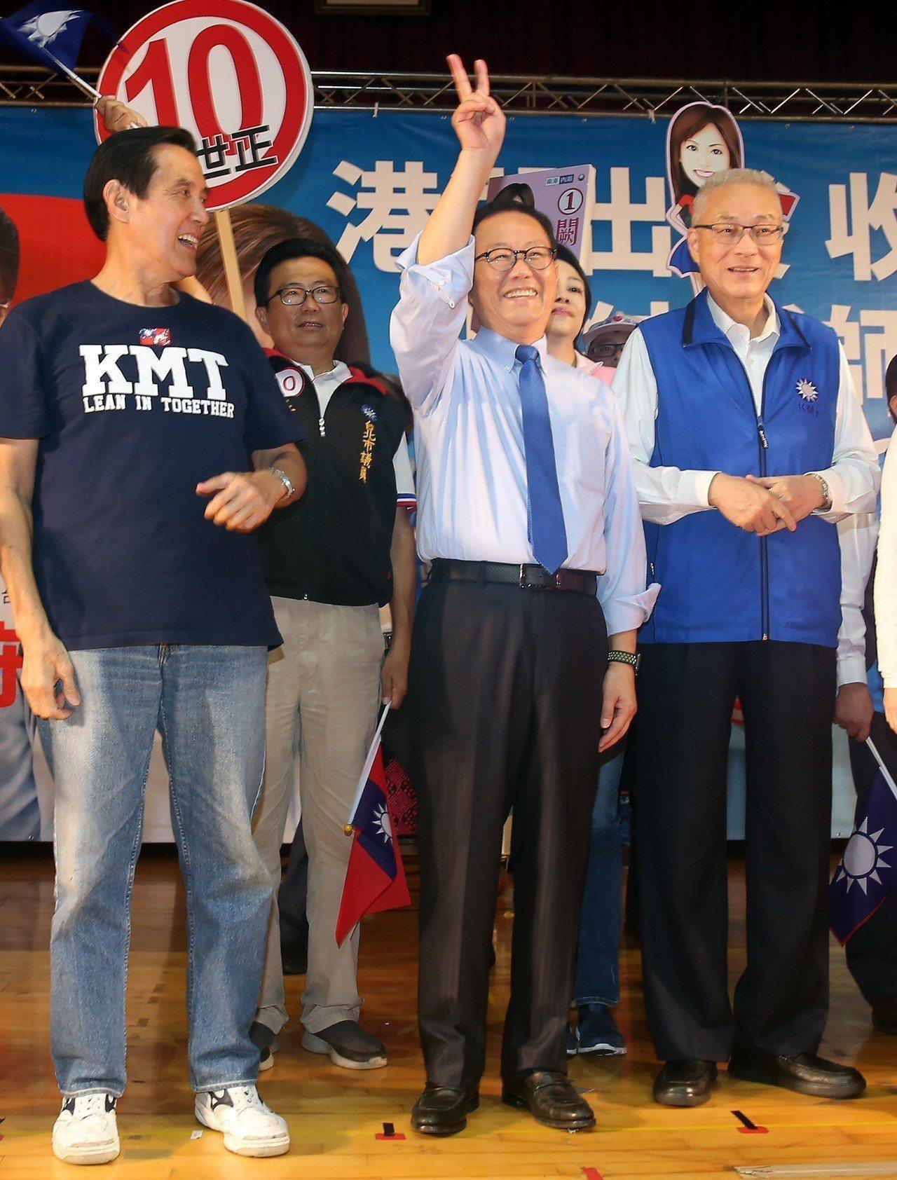 國民黨周末舉行「港湖出發,收復台北」團結誓師大會 ,前總統馬英九(左)、黨主席吳...