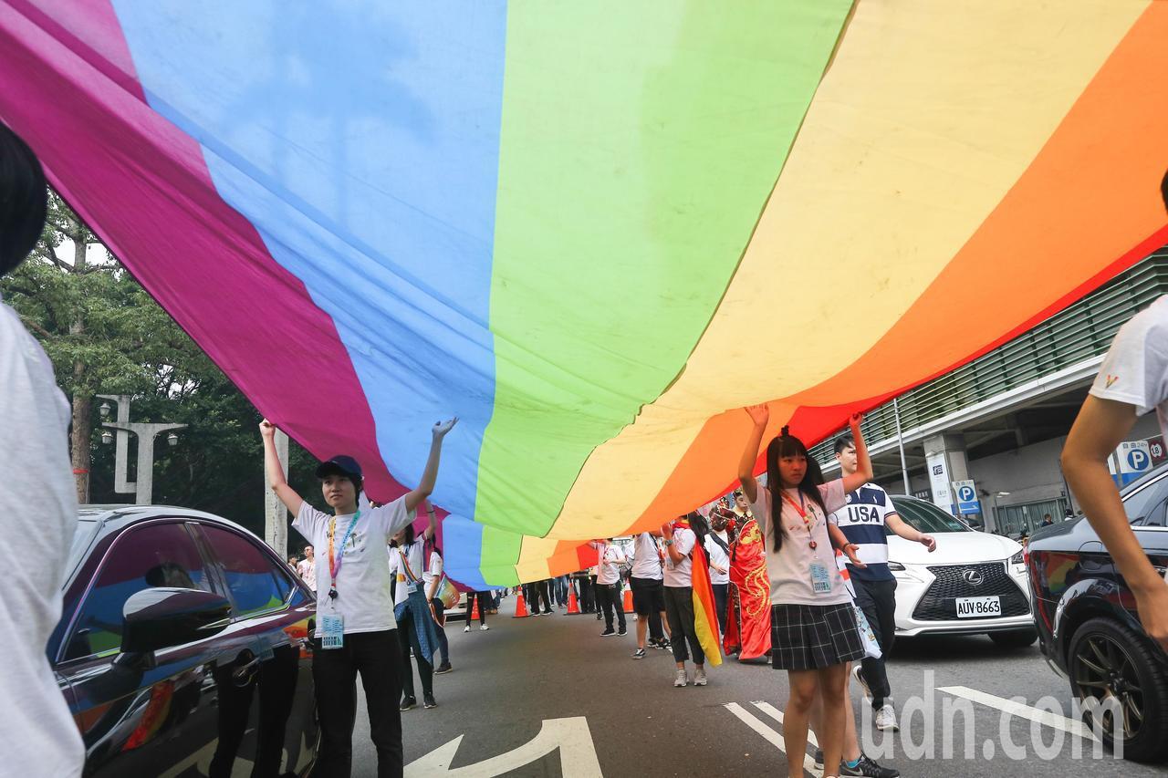 圖為台中同志遊行聯盟在台中市北區台中公園舉辦第八屆活動,有參加者拉起3公尺乘25...