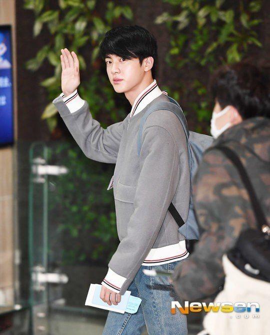 Jin向粉絲揮手。圖/摘自Newsen