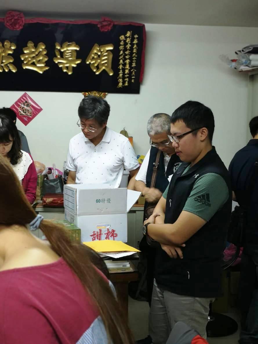 彰化檢察官帶領警方到施姓候選人住處搜索的情形。記者何烱榮/翻攝