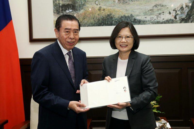 蔡英文總統接見軍友社理事長李棟樑。圖/總統府提供