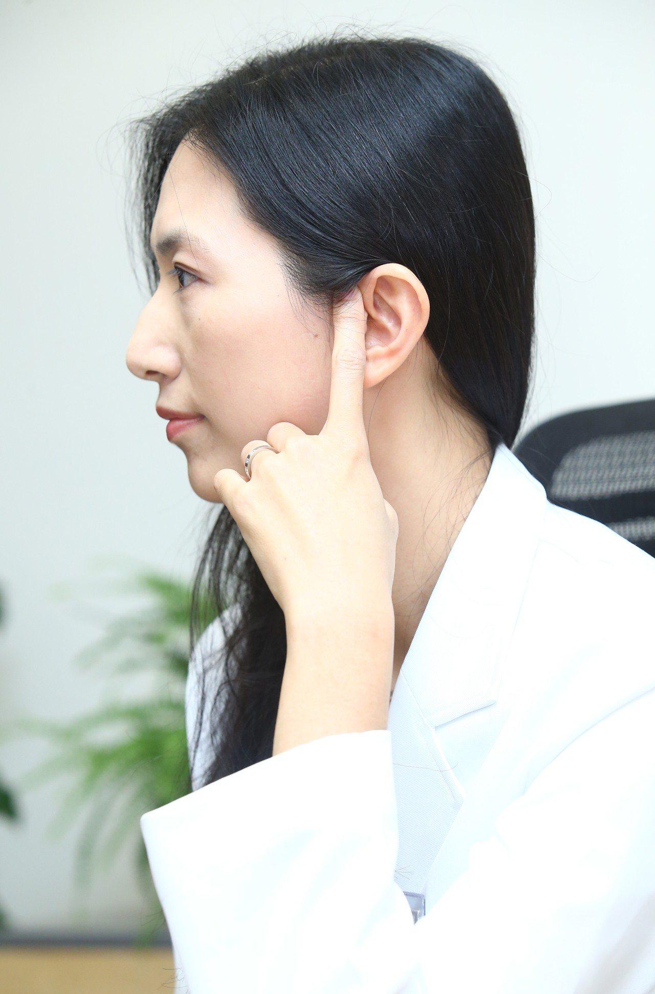 中醫師羅珮琳臉部按摩可瘦臉的耳門穴。記者曾學仁/攝影