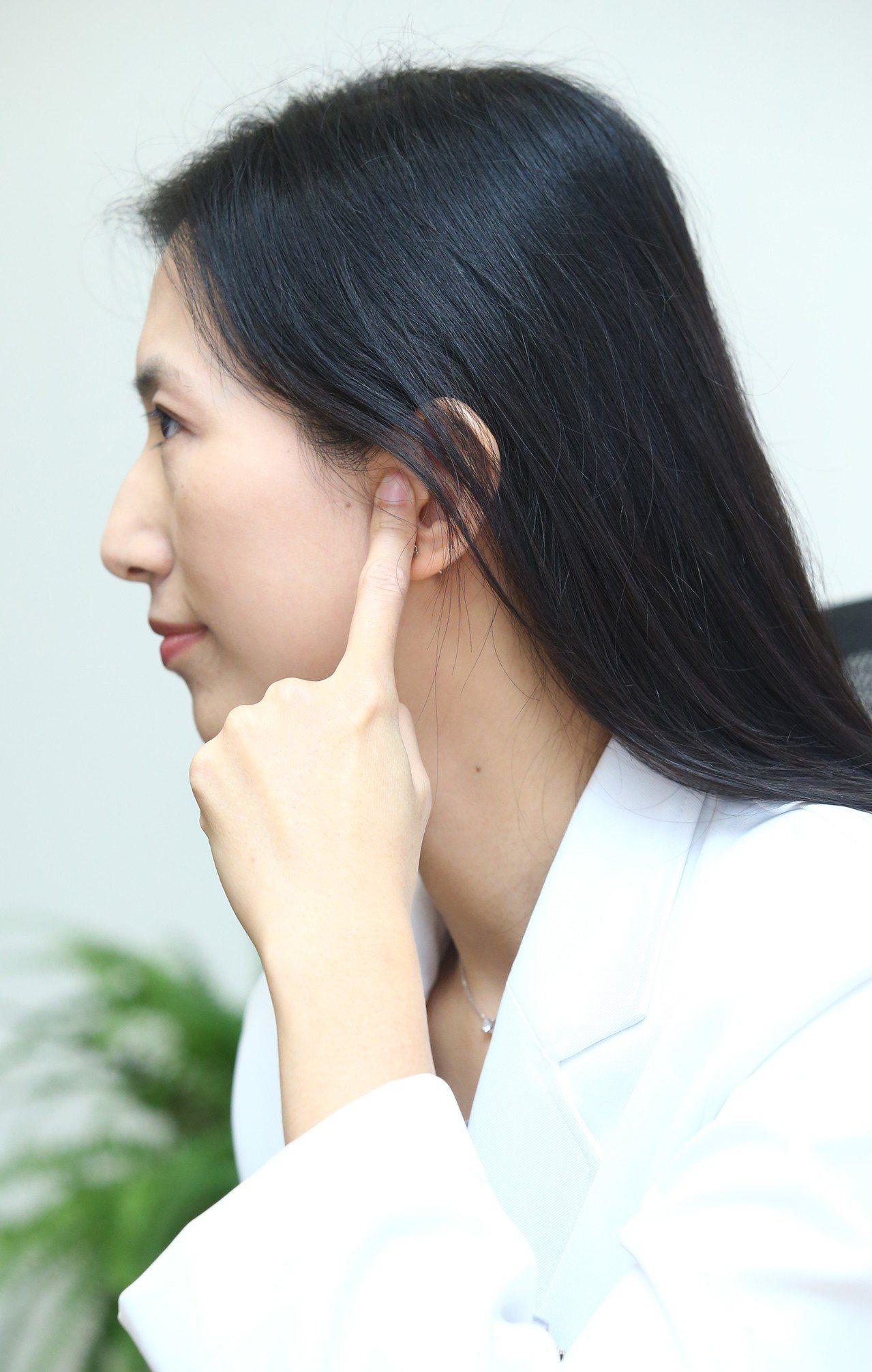 中醫師羅珮琳臉部聽宮穴。記者曾學仁/攝影