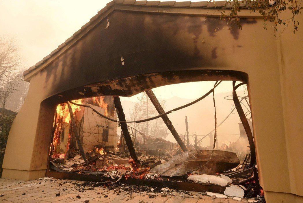 大火過後,歷史建築區剩下廢墟。(美聯社)