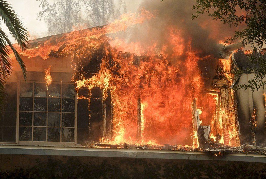 曾作為「西方極樂園」等影集外景地的歷史建築區遭到大火燒毀。(美聯社)