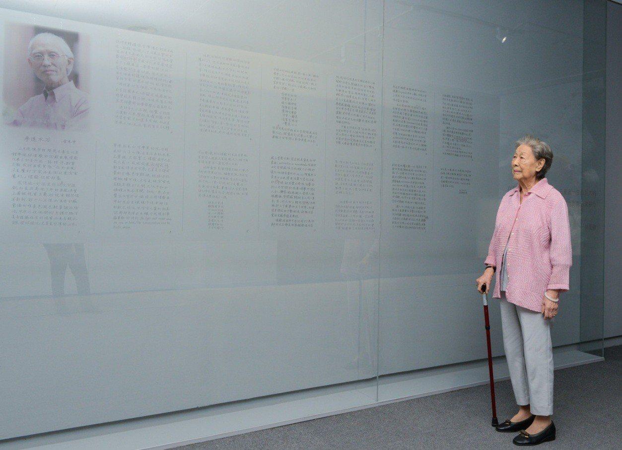 余光中遺孀范我存出席「林惺嶽:大自然奇幻的光影」開幕。圖/高美館提供