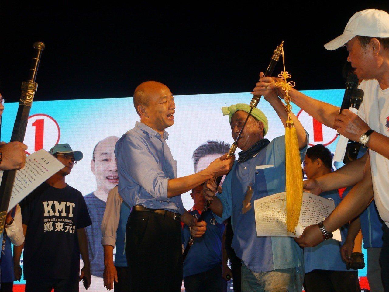鑄劍大師郭常喜(右三)贈送一把親手打造的玄天劍給韓國瑜。記者徐白櫻/攝影