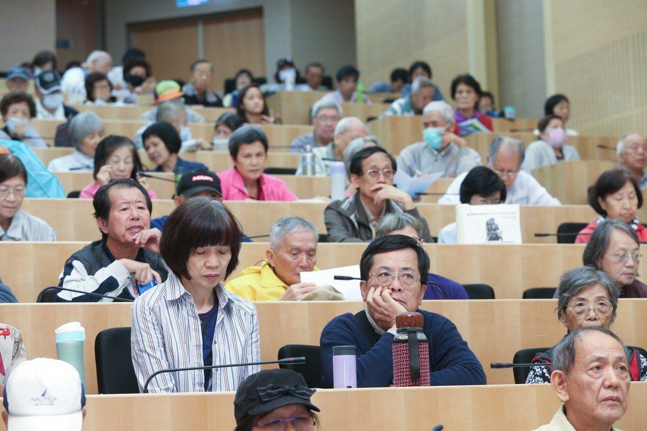 李慶雲兒童感染暨疫苗發展醫學文教基金會在台北舉辦世界肺炎日論壇,參與民眾踴躍。記...