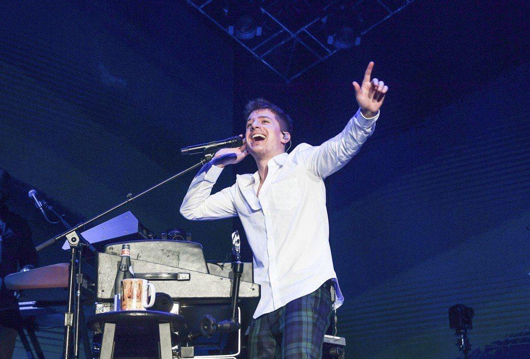 CP查理昨晚在林口體育館開唱,吸引近萬歌迷同歡。圖/理想國提供