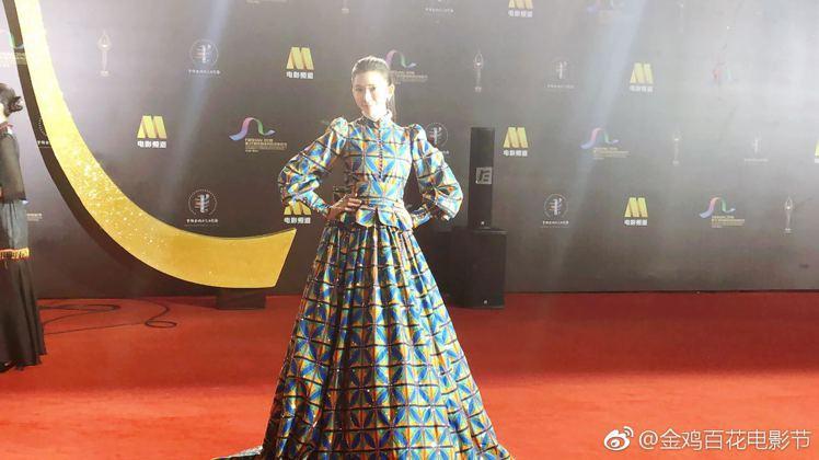 林志玲走金雞百花電影節閉幕式紅毯的服裝引起兩極評價。圖/摘自微博