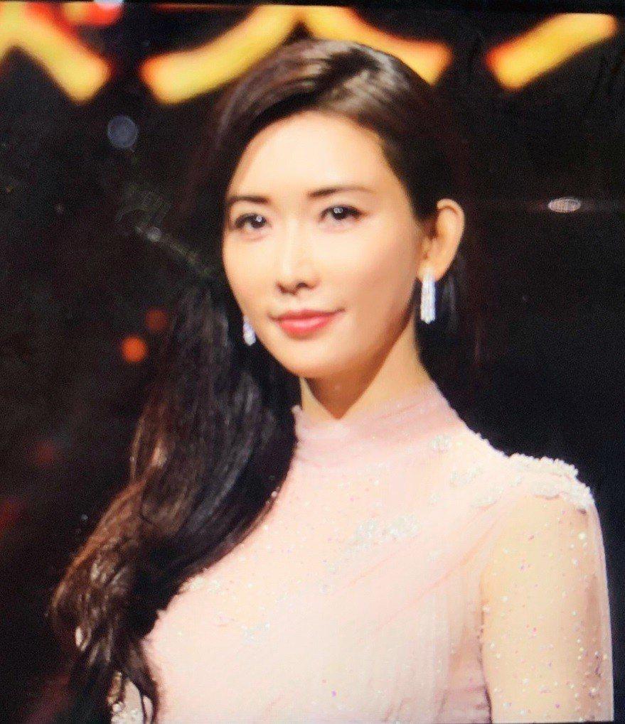 林志玲在百花獎頒獎典禮擔任主持人的服裝就符合她一貫的高水準。圖/摘自微博