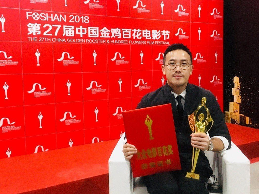「七月與安生」導演曾國祥代替編劇們上台領獎。圖/摘自微博