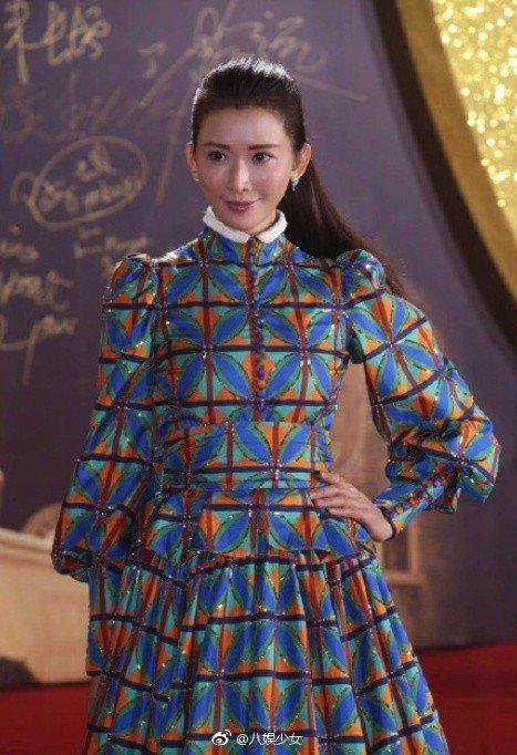 林志玲這套別出心裁的禮服,喜歡的讚青春洋溢又典雅,不愛的認為讓她看來發福。圖/摘...