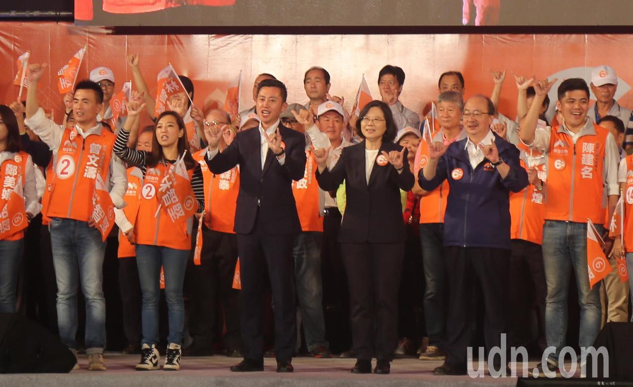 林智堅(前排,左)今天辦「挺明日新竹晚會」,蔡英文(前排,中)、民進黨總召柯建銘...