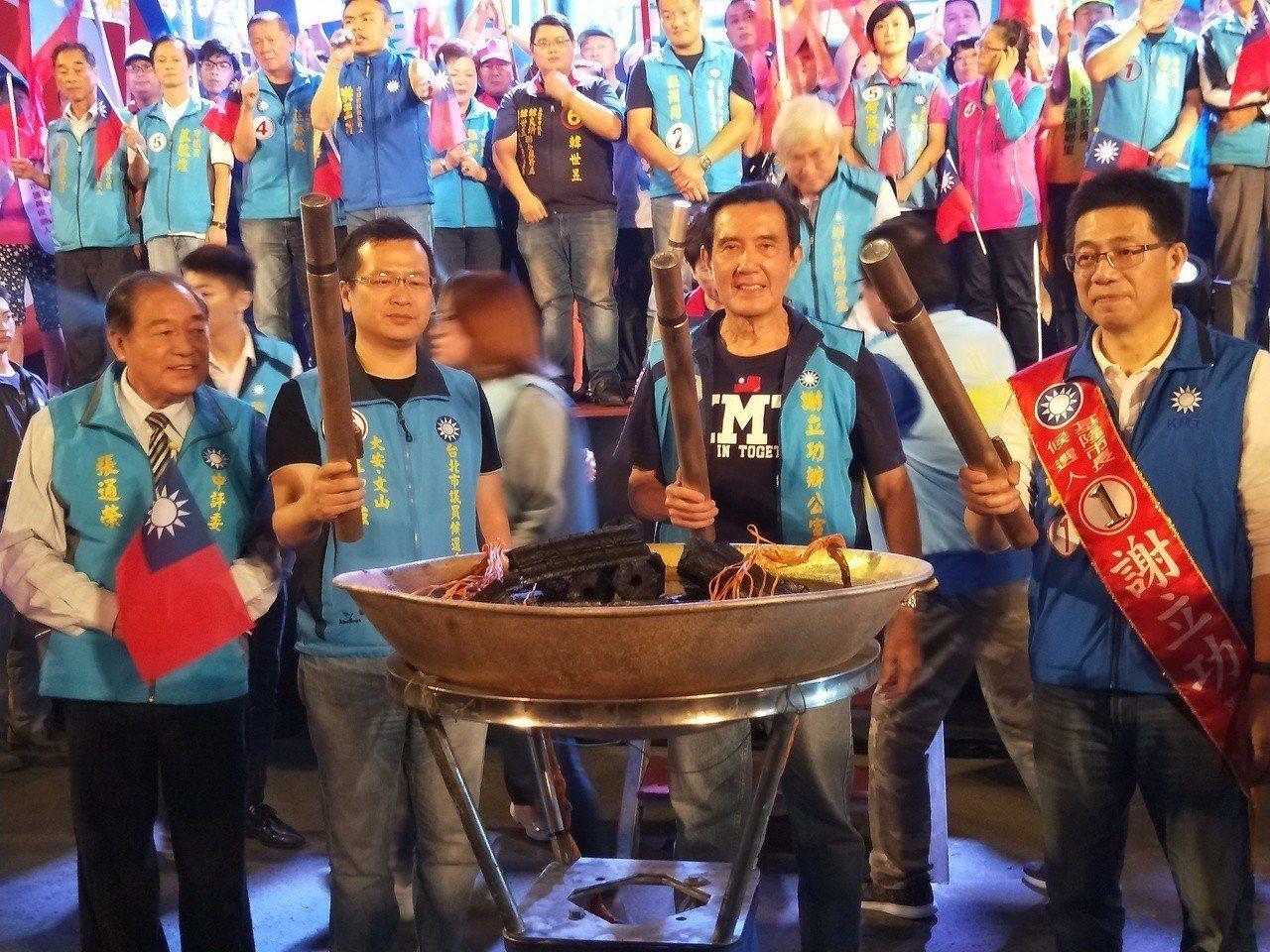 馬英九晚間8點半到場,與台北市議員候選人羅智強、前基隆市張通榮和謝立功等人,一起...