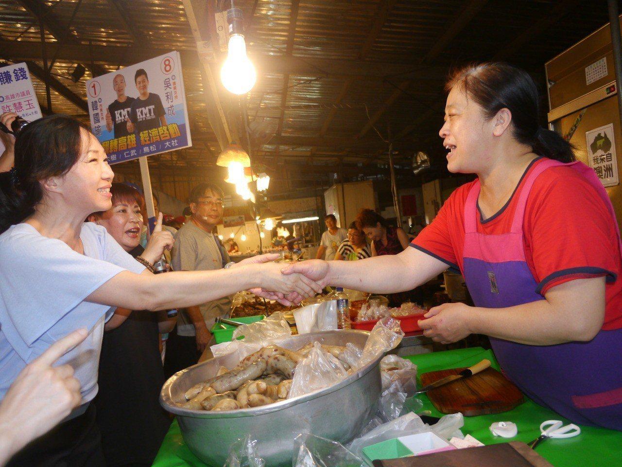 韓國瑜妻子李佳芬在仁武區的黃昏市場拜票。記者徐白櫻/攝影