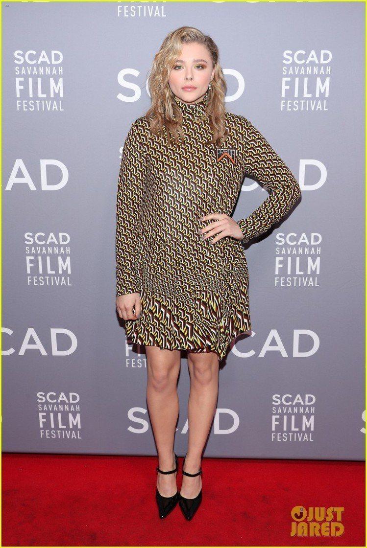 克羅伊摩蕾茲穿PRADA洋裝。圖/取自JUST JARED