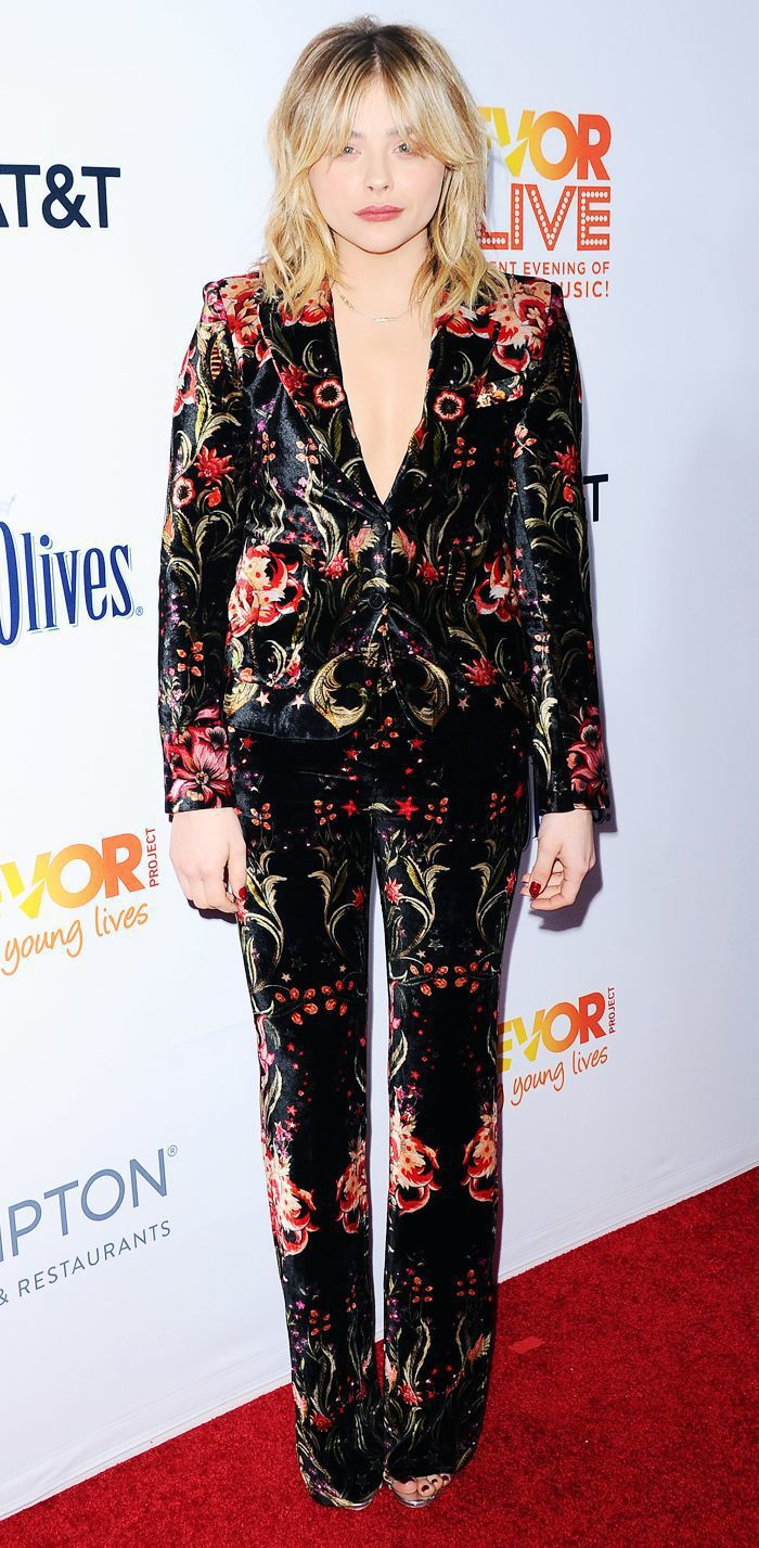 蒼白散亂的妝髮有點可惜,克羅伊摩蕾茲穿Roberto Cavalli西裝有顯瘦效...