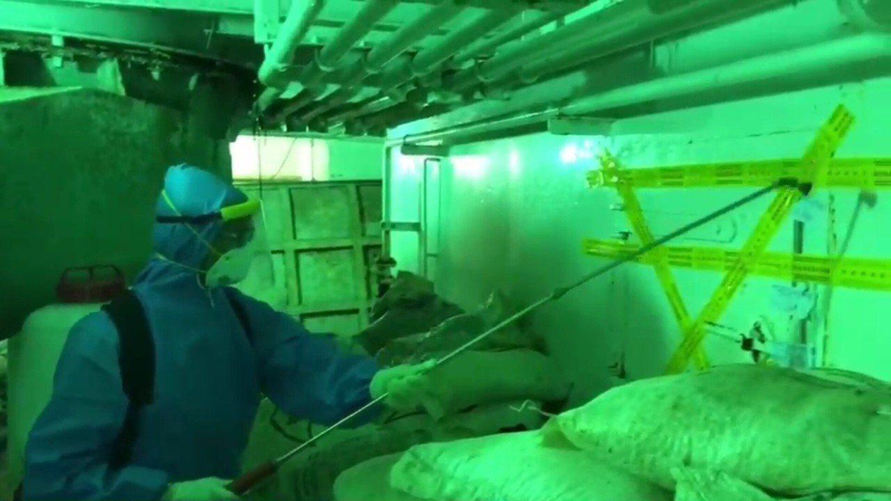 防疫人員在漁船上消毒。記者林保光/翻攝