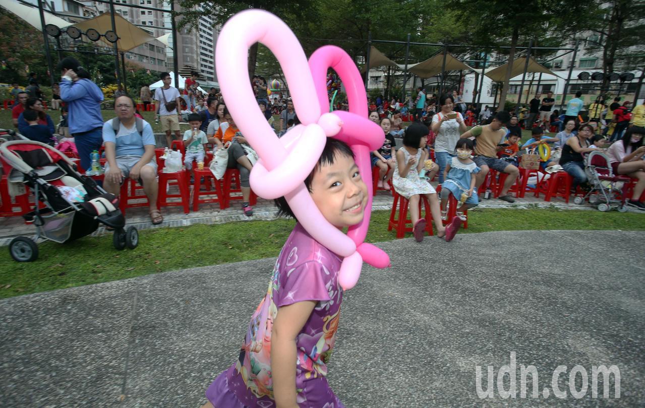 高市蘋果劇團在前鎮區盛興公園演出親情感人歌舞劇「龍宮奇緣」,讓現場數百位親子看得...