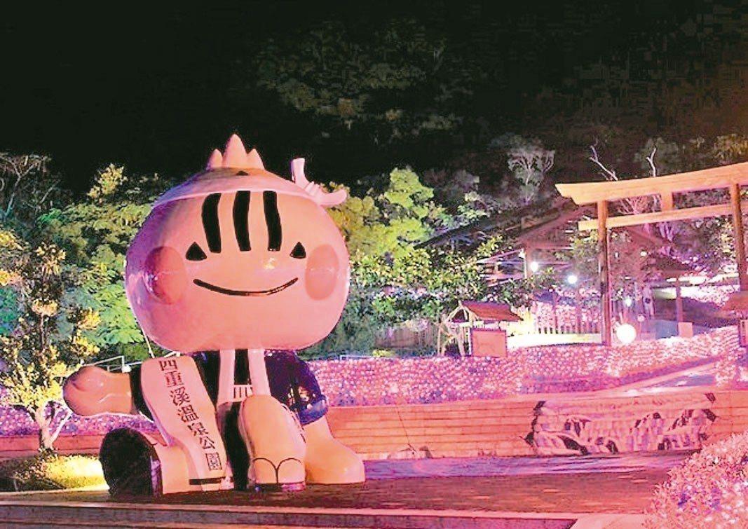 屏東四重溪溫泉季昨晚在溫泉公園點燈揭開序幕,今年以紫.櫻為燈飾主元素,有櫻花步道...