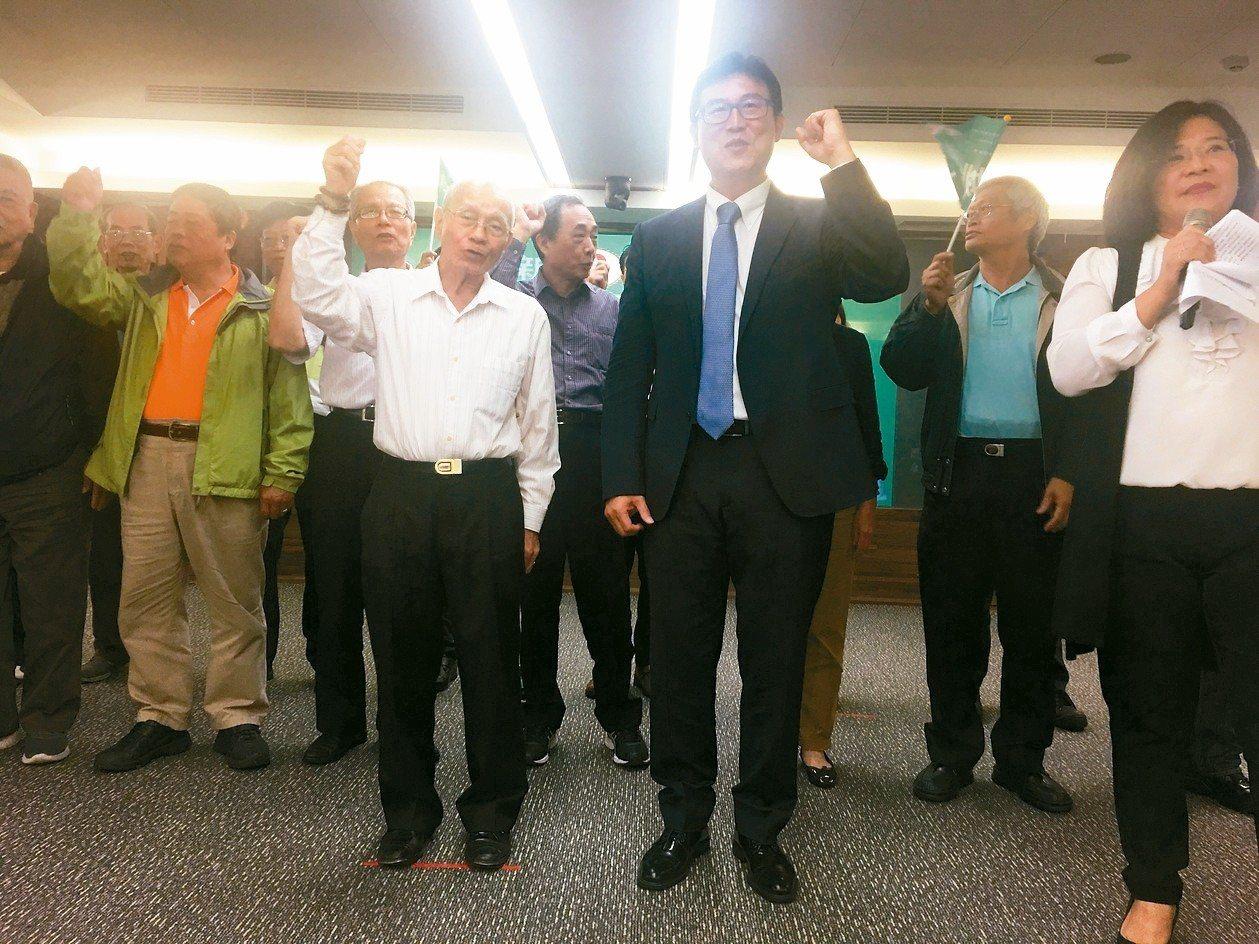姚文智(中)昨天神態輕鬆前往台北市勞工團體後援會成立大會,會上向支持者信心喊話。...