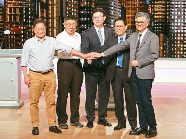 公視昨天主辦台北市長電視辯論會,首度讓五名候選人李錫錕(左起)、柯文哲、姚文智、...