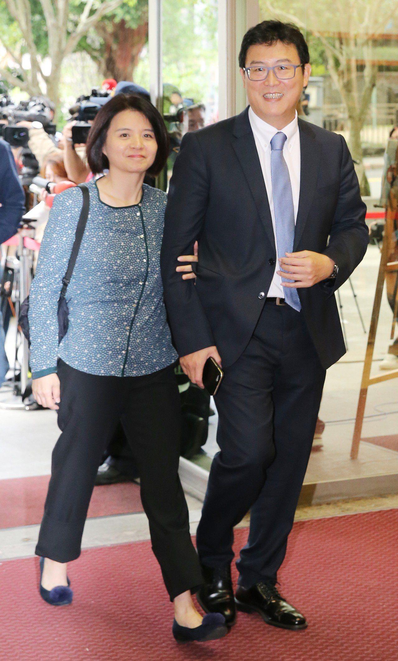 台北市長候選人電視辯論會,姚文智(右)帶著夫人潘瓊琪(左)一同前來。記者許正宏/...