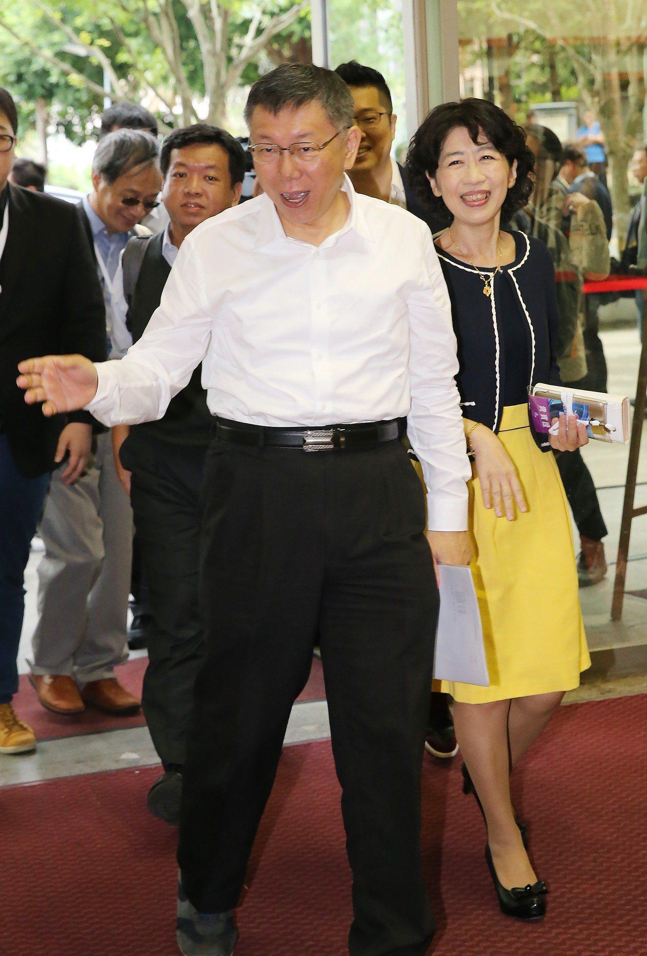 台北市長候選人電視辯論會,柯文哲(左)帶著夫人陳佩琪(右)一同前來。記者許正宏/...