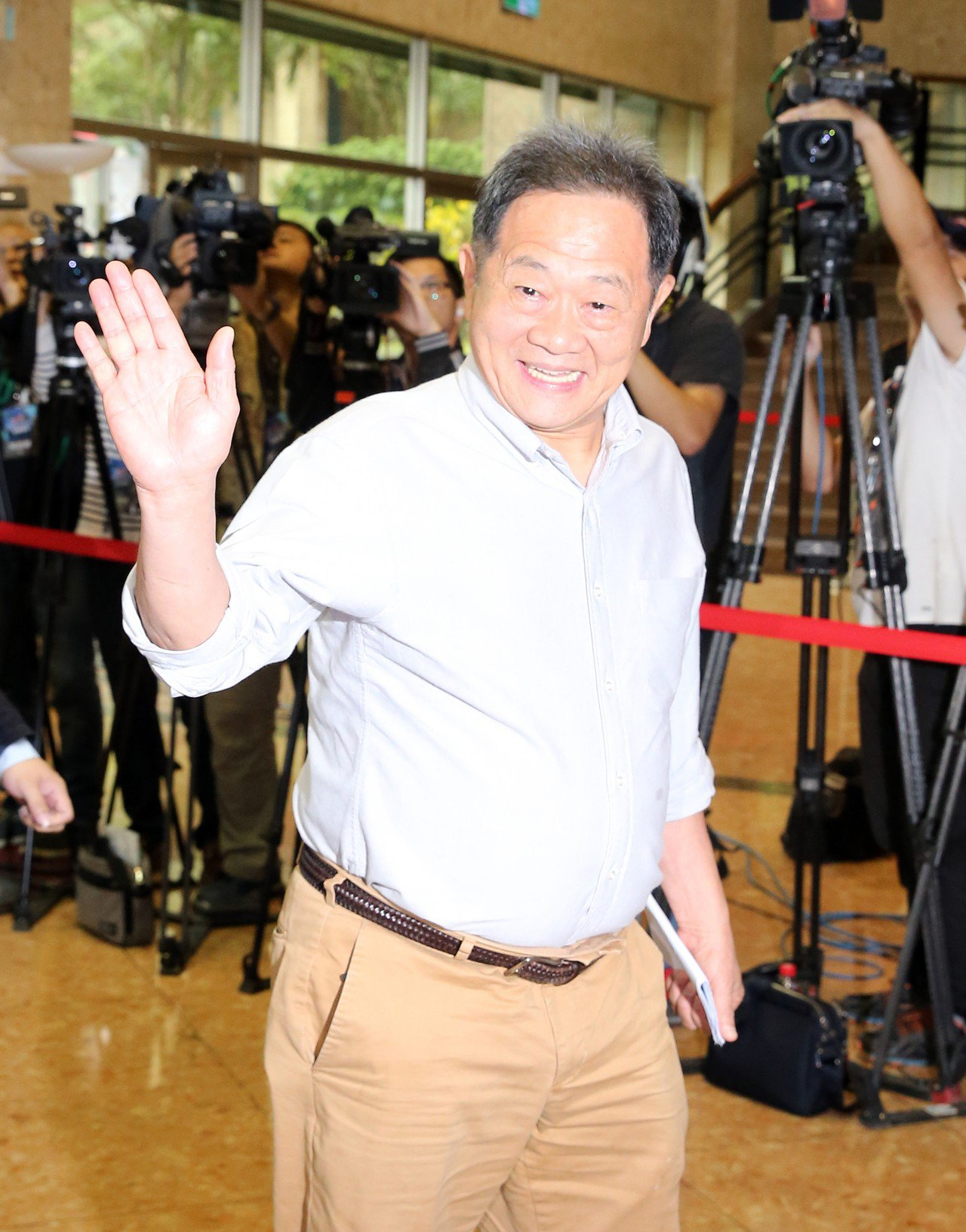 台北市長候選人電視辯論會,李錫錕由選辦人員陪同參加。記者許正宏/攝影