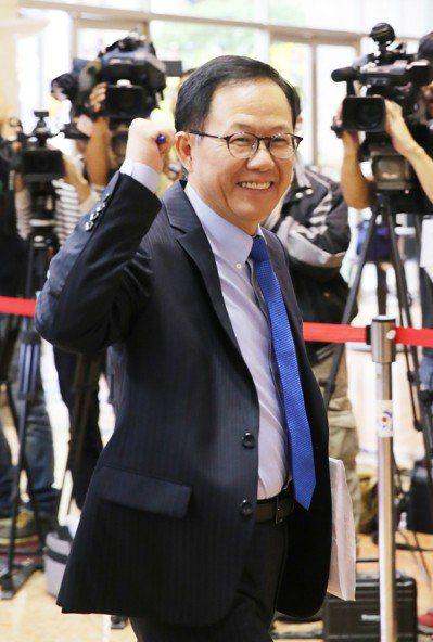 台北市長候選人電視辯論會,丁守中由選辦人員陪同參加。記者許正宏/攝影