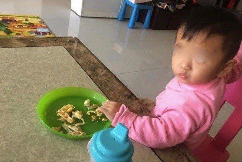 網友發文指出,一個月前男童還很健康,一天吃五餐。照片/翻攝爆料公社
