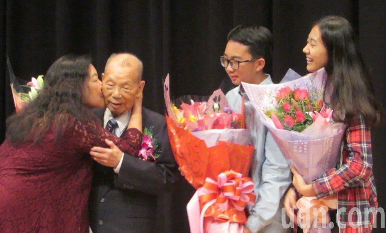 「鄉醫鄉依─謝春梅回憶錄」新書分享會,主角謝春梅受到熱烈獻花。記者范榮達/攝影